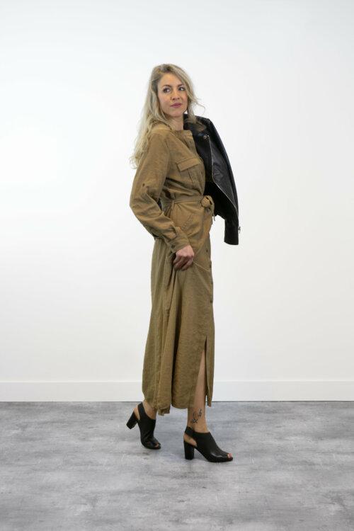 Vrouw in shootruimte met bruine jurk