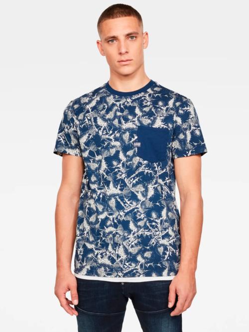 Man in studio met donkerblauwe bladeren print G-star T-shirt