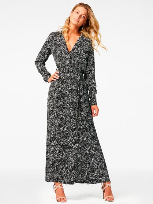 Vrouw in studio met zwart wit gestipte jurk van Freebird