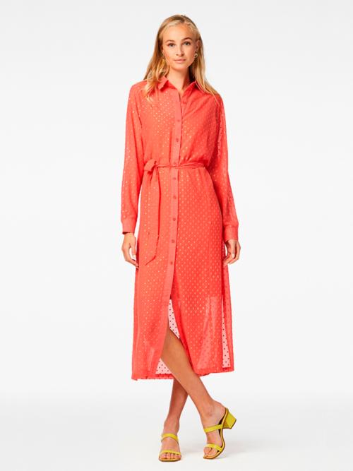 Vrouw in studio met fel oranje roze gekleurde Freebird jurk