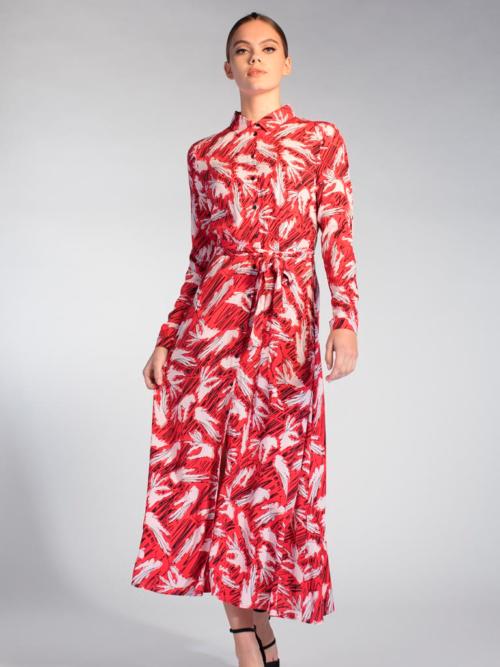 Vrouw in studio met rood roze gekleurde maxi jurk van Juffrouw Jansen