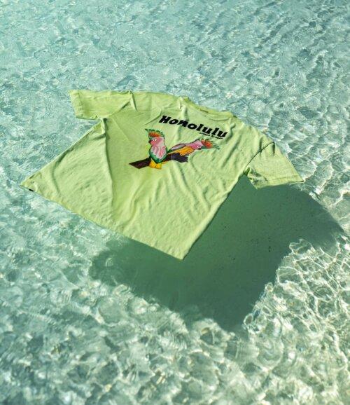 Groen Scotch en Soda T-shirt met vogel drijvend in helderblauwe zee