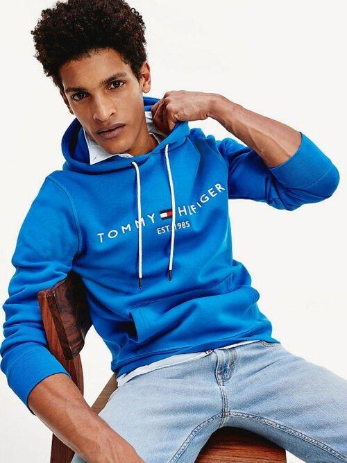 Man met blauwe Tommy Hilfiger hoodie