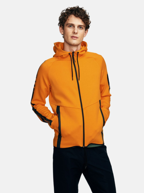 Man met oranje vest van Peak Performance