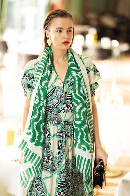 Vrouw met groene sjaal en jurk uit Anna van Toor collectie