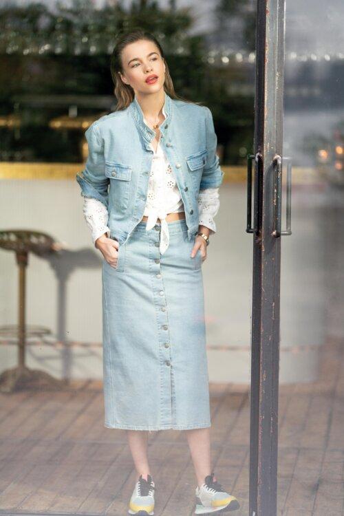 Vrouw in Anna van Toor jeans rok en jasje