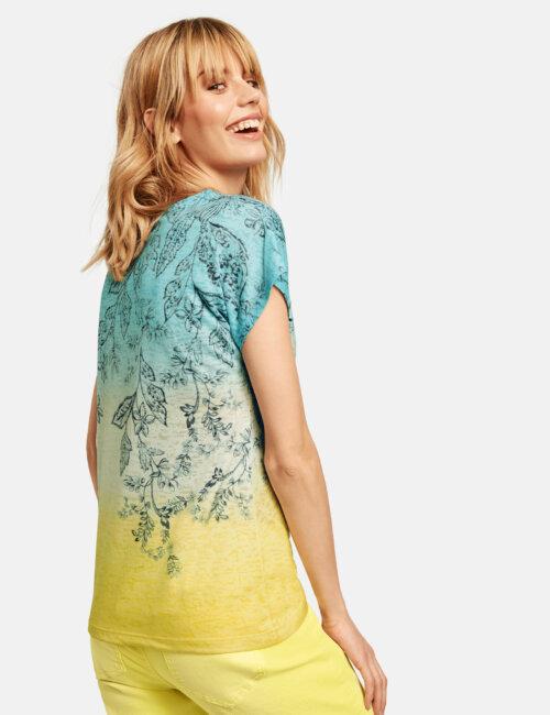 Vrouw in tie-dye achtige blauw turquoise gele Gerry Weber top
