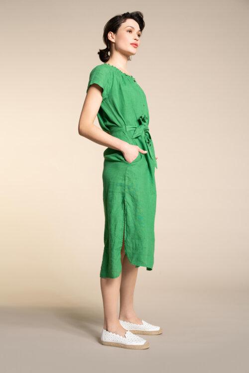 Vrouw in groene Anna van Toor jurk