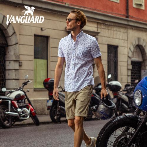 Man op straat in licht gekleurd bloemen korte mouwen overhemd van Vanguard