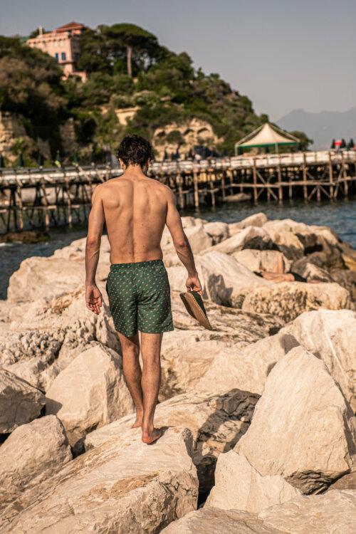 Man in donkergroene Shiwi zwembroek