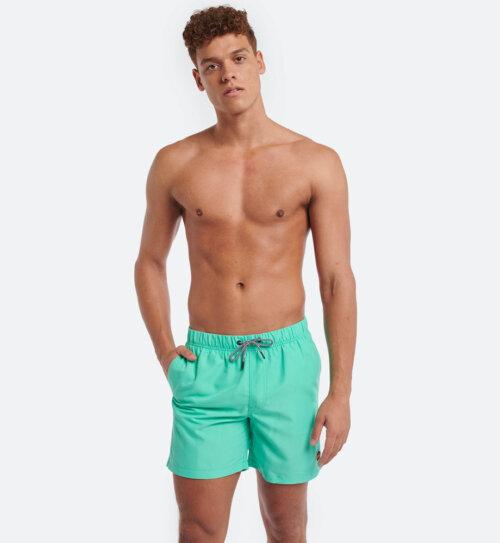 Man in fel groene Shiwi zwembroek