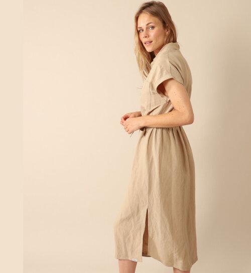 Vrouw in beige Penn&Ink jurk