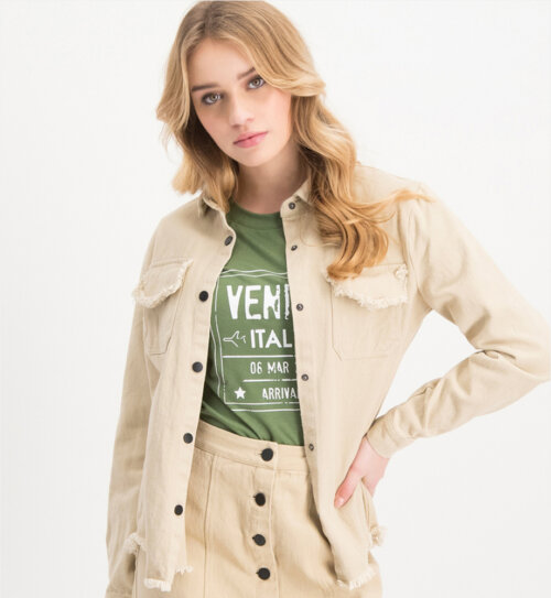 Vrouw in beige Lofty Manner blouse